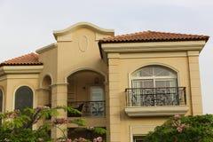 与一个精密绿色庭院和屋顶的好的别墅 免版税库存照片