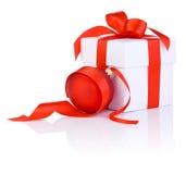 与一个红色丝带和圣诞节球的白色箱子 免版税库存图片