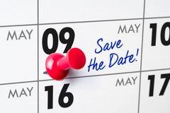 与一个红色别针的挂历- 5月09日 库存图片