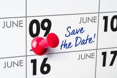 与一个红色别针的挂历- 6月09日 库存照片