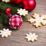 与一个红色圣诞节球的圣诞节背景 库存照片