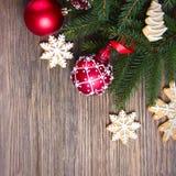 与一个红色圣诞节球的圣诞节背景 免版税库存照片