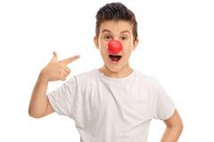 与一个红色小丑鼻子的激动的孩子 库存照片