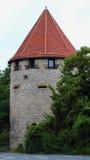 与一个红色屋顶的一个圆的中世纪塔在奥斯纳布吕克,德国 免版税库存照片