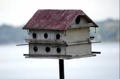 与一个红色屋顶的大鸟舍 库存图片