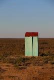 与一个红色屋顶的小绿色大厦 免版税图库摄影