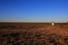与一个红色屋顶的小绿色大厦 库存图片