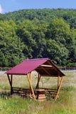 与一个红色屋顶的木眺望台在明亮的烧焦的夏天太阳下 免版税库存图片
