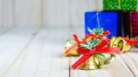与一个红色弓和礼物盒的圣诞节铃声 免版税图库摄影