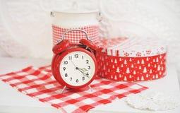 与一个红色时钟的圣诞节装饰 图库摄影
