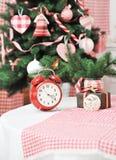 与一个红色时钟的圣诞节装饰 免版税库存照片
