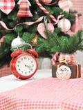 与一个红色时钟的圣诞节装饰 库存图片