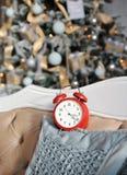与一个红色时钟的圣诞节装饰 免版税图库摄影