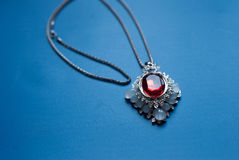 与一个红色红宝石的垂饰, 库存图片