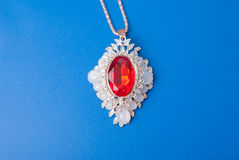 与一个红色红宝石的垂饰, 免版税库存照片