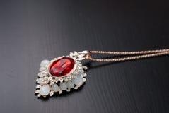 与一个红色红宝石的垂饰, Smyrna首饰, 库存照片