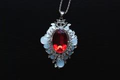 与一个红色红宝石的垂饰, Smyrna首饰, 免版税库存照片