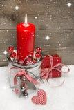 与一个红色蜡烛和礼物盒的木圣诞节背景 免版税库存图片