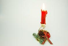 与一个红色蜡烛的圣诞节装饰在被隔绝的白色 库存照片