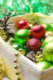与一个红色,金黄和绿色圣诞节球的圣诞节背景 库存图片