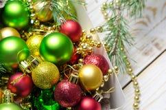 与一个红色,金黄和绿色圣诞节球的圣诞节背景 图库摄影