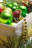 与一个红色,金黄和绿色圣诞节球的圣诞节背景 库存照片