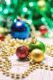 与一个红色,金黄和绿色圣诞节球的圣诞节背景 免版税库存图片