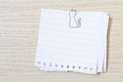 与一个纸夹的笔记 免版税图库摄影