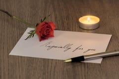 与一个罗斯&蜡烛的情书 免版税库存照片