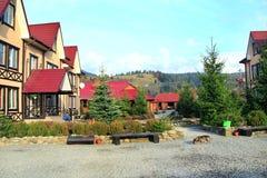与一个美丽的风景和庭院的旅游基地 现代旅游房子 免版税图库摄影