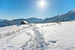 与一个老农村房子的冬天风景 免版税图库摄影