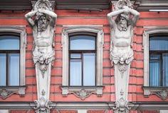 与一个老宫殿的人雕象的门面 库存图片