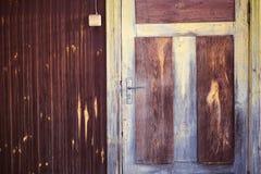 与一个老木房子的门把手的入口 库存图片