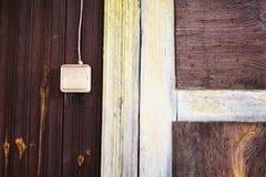 与一个老木房子的门把手的入口 免版税库存照片
