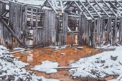 与一个老铜矿的一个多雪的风景在中央挪威 Cristianus Sextus在第一雪的矿区域 库存图片