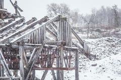 与一个老铜矿的一个多雪的风景在中央挪威 Cristianus Sextus在第一雪的矿区域 免版税库存照片