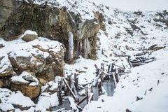 与一个老铜矿的一个多雪的风景在中央挪威 Cristianus Sextus在第一雪的矿区域 免版税库存图片