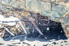 与一个老铜矿的一个多雪的风景在中央挪威 Cristianus Sextus在第一雪的矿区域 免版税图库摄影