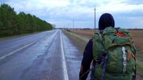 与一个背包的年轻游客旅行在他的肩膀 股票录像