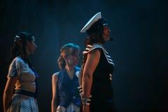 与一个船舶题材的音乐舞蹈数字由圣彼德堡音乐厅的马戏团的演员执行了 免版税库存图片