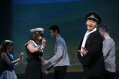 与一个船舶题材的音乐舞蹈数字由圣彼德堡音乐厅的马戏团的演员执行了 免版税图库摄影