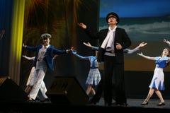 与一个船舶题材的音乐舞蹈数字由圣彼德堡音乐厅的马戏团的演员执行了 库存照片