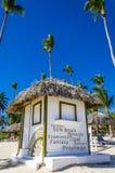 与一个茅屋顶的假日村庄在海滩 免版税库存图片