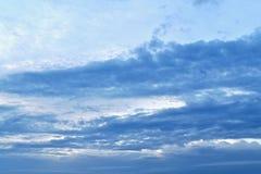 与一个蓝色梯度的照片,从光到黑暗 免版税库存照片