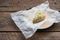 与一个蓝色模子的乳酪在本文 图库摄影