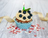 与一个蜡烛的杯形蛋糕 免版税图库摄影