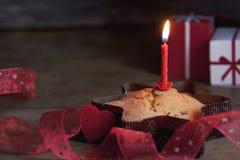 与一个蜡烛的杯形蛋糕 库存照片