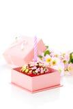 与一个蜡烛的生日杯形蛋糕 库存图片