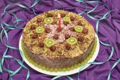 与一个蜡烛的生日蛋糕 库存图片