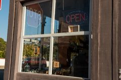 与一个被带领的ligh开放标志的商店前面 库存照片